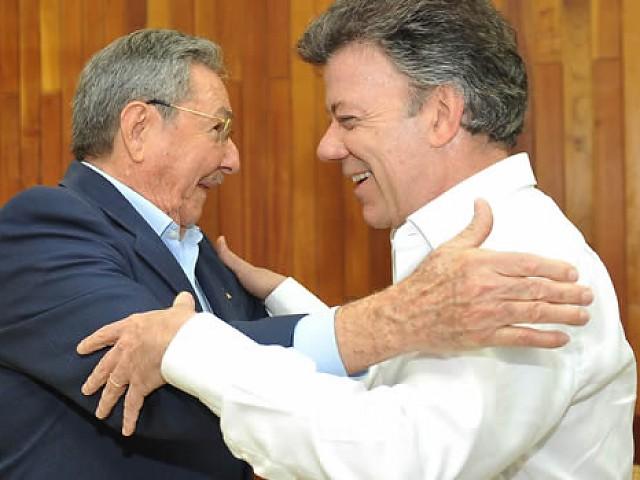 Saludo entre Raúl Castro y Juan Manuel Santos en La Habana.