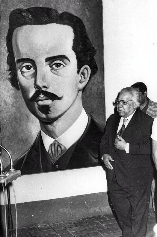 Guillén ante imagen de Ignacio Agramonte. (2)